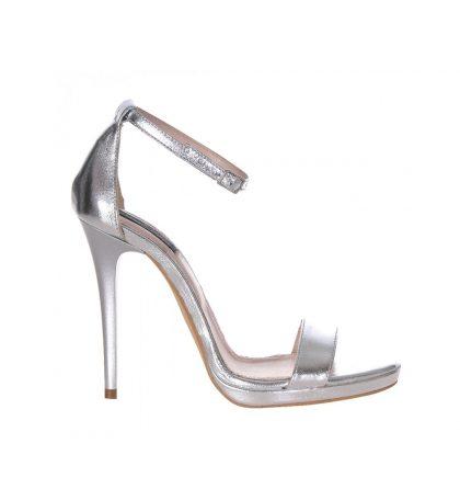 Sandale argintii, dinpiele naturala, cu toc inalt de 10 cm si platforma de 1 cm, foarteelegante. Se inchid cu bareta in jurul gleznei. Tocul este vopsit asortat.