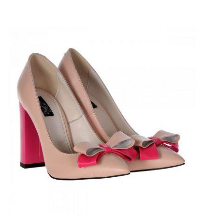Pantofi stiletto bej, dinpiele naturala, cutoc gros, inalt de 10 cm, foarte comozi si eleganti, in acelasi timp. Sunt accesorizati in partea din fata cu ofunda dubladinpiele bejsipiele roz. Tocul este vopsit roz.